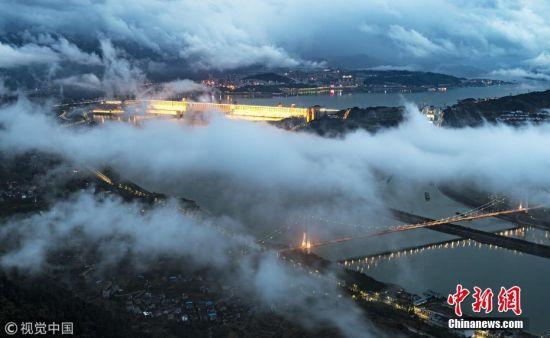 云雾缭绕夜三峡如梦如幻宛如仙境