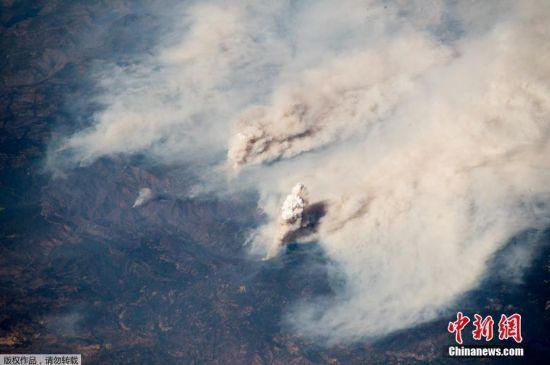 加州山太空可见 14000名消防员灭火