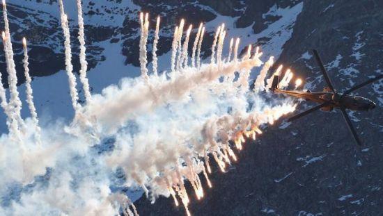 瑞士空军在阿尔卑斯山区上演精彩飞行秀