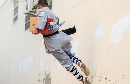 功夫小子变身快递员 身手矫健飞檐走壁