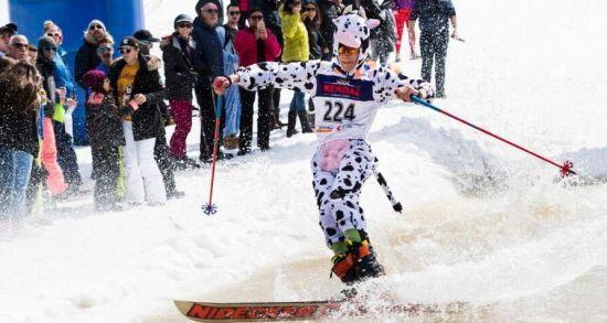 瑞士滑雪度假区举办趣味划水比赛活动