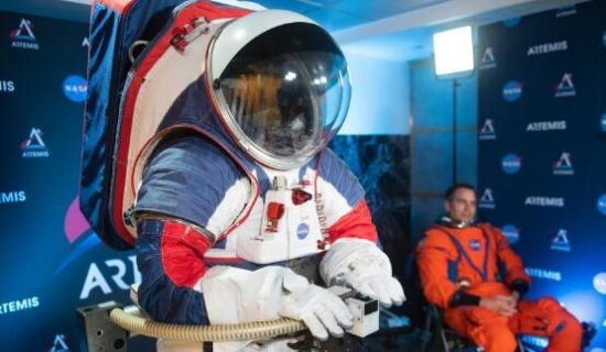 "NASA推出(chu)新款宇(yu)航(hang)服""�C�糇�(zuo)""套�b �⒂糜谔�(tan)月"