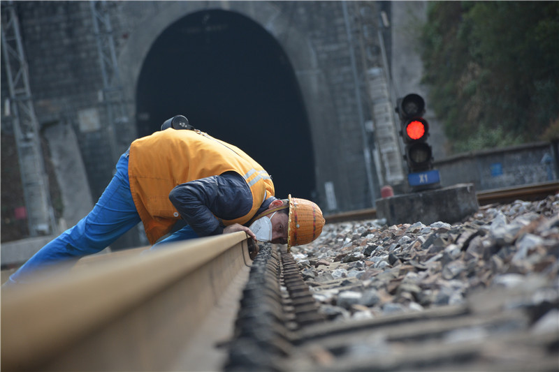 "<p>""钢轨医生""趴在在钢轨上查看线路状态。</p>"