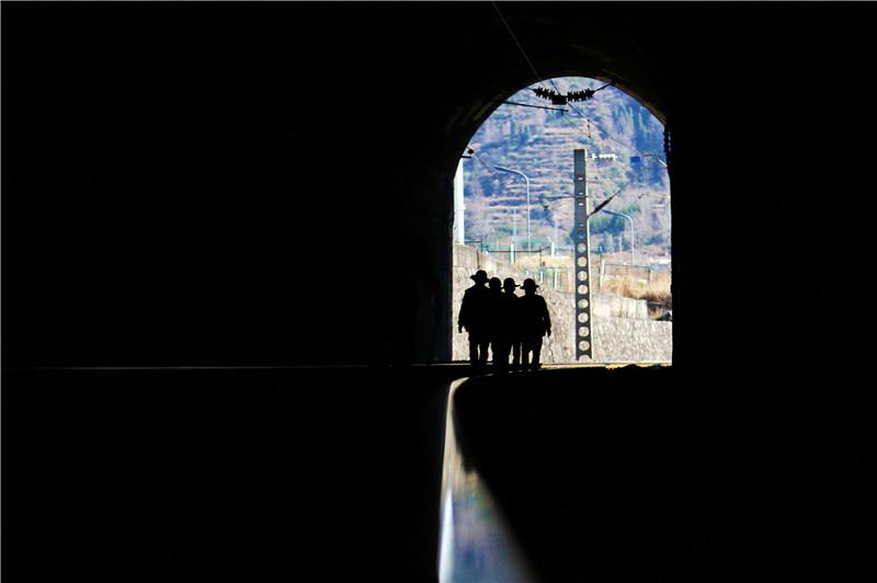 """<p>行走在隧道内的""""钢轨医生""""。</p>"""