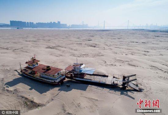 2月14日,湖北省武汉市,长江江心岛天兴洲沙滩上搁浅的渡船。近日来,长江中下游进入枯水期,武汉天兴洲呈现沙滩景观。