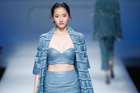 中外模特北京T台展示高级定制时装