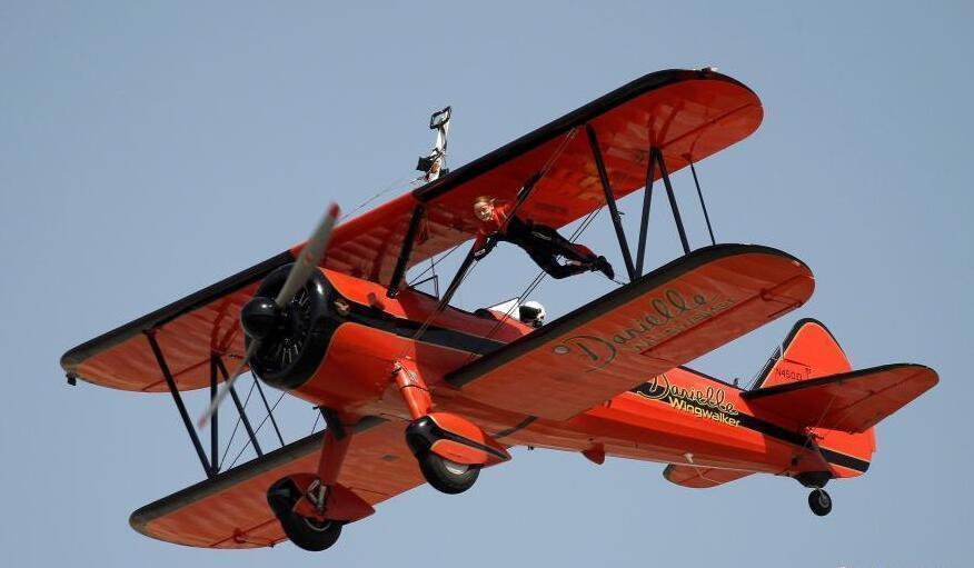 牛人高空飞机上耍特技