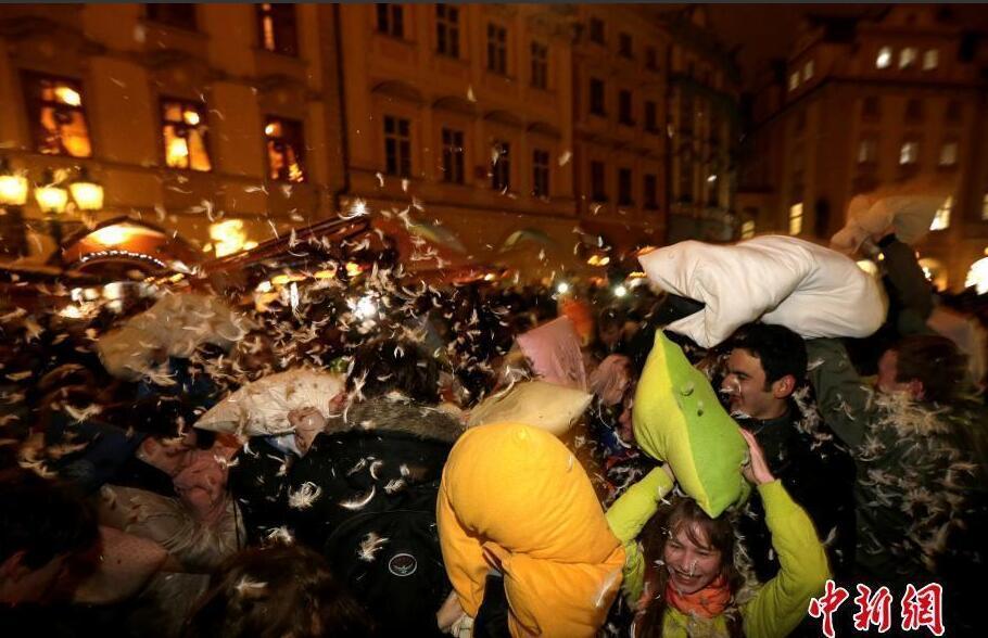 捷克老城广场举行枕头大战