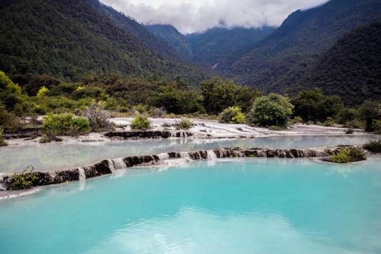 """被称为""""天地""""的白水台是纳西族人信仰东巴文化的发祥地。"""