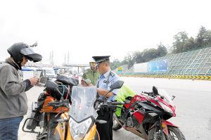 巡特警大队参加警务大比武。