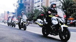 骑警在街面巡逻。