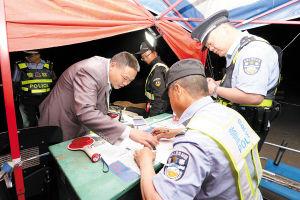 民警开展堵卡查缉工作。