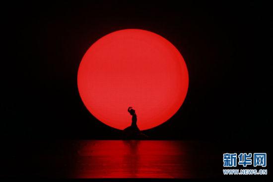 傣族舞剧《顶家女儿》在开幕式上演出。新华网 柴静 摄