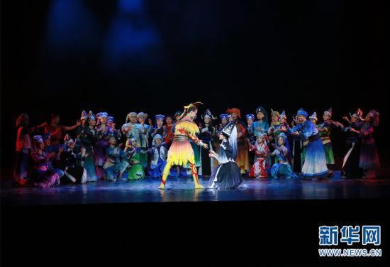 《顶家女儿》以舞剧的形式集中展现了马关多姿多彩的民族文化。新华网 柴静 摄