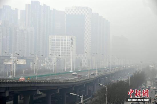 资料图:河北石家庄遭遇雾霾天气。图为石家庄一高架桥被雾霾笼罩。中新社记者 翟羽佳 摄