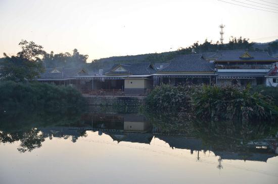 图为震后恢复重建的傣族村庄,环境优美。