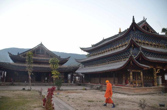 图为震后修缮完成的迁糯古佛寺。