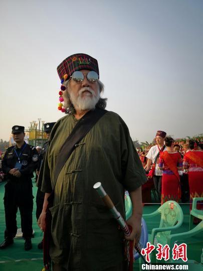 图为张纪中身着少数民族服饰欢度目瑙纵歌节 余涌泉 摄