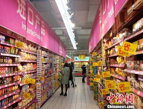 居民在超市里购买进口产品。中新网记者 李金磊 摄
