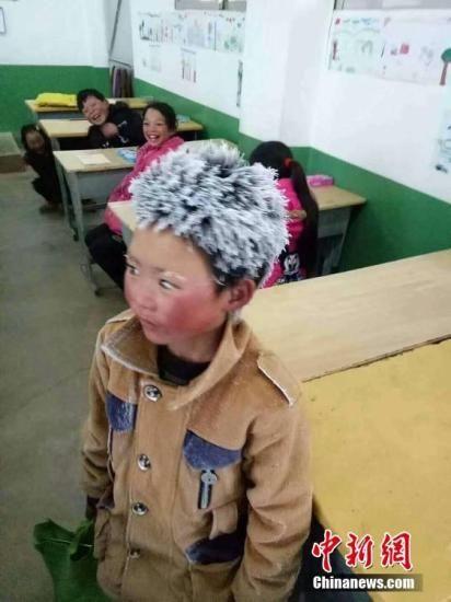 资料图:2018年1月9日,云南昭通一名头顶风霜上学的孩子照片在网上引起广泛关注。文字来源:人民日报 图片来源:视觉中国
