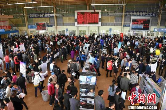 昆明市南坝人力资源市场内,务工人员找工作。(资料图) 刘冉阳 摄