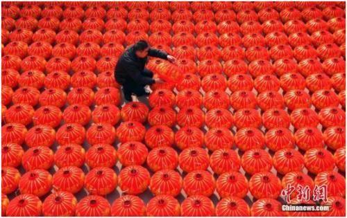 """2016年11月10日,河北石家庄藁城区屯头村号称""""中国宫灯第一村"""",该村绝大多数农户开设网店,通过互联网做买卖。中新社记者 翟羽佳 摄"""