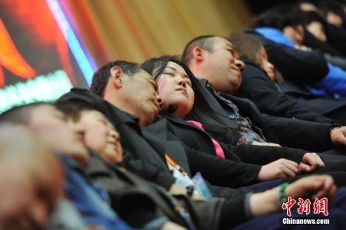 资料图:2014年3月21日,山西太原,民众在专业催眠师的引导下睡觉,释放压力。中新社发 韦亮 摄