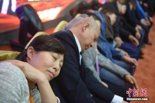 资料图:2014年3月21日,山西太原,民众在专业催眠师的引导下睡觉,释放压力。 中新社发 韦亮 摄