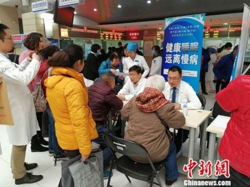 资料图:2017年3月20日,世界睡眠日前夕,北京大学人民医院举行义诊活动。 中新网记者 张尼 摄