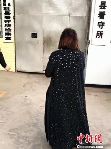 嫌疑人吴某某被永善警方押回。
