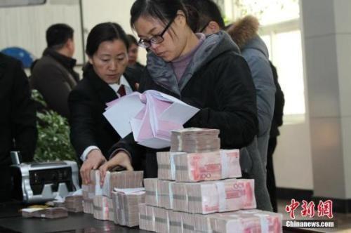 """资料图:河南省一法院为申请人现场发放执行款。该法院建立失信被执行人名单库,失信录入使""""老赖""""在置产置业等各方面受限制。王中举 摄"""