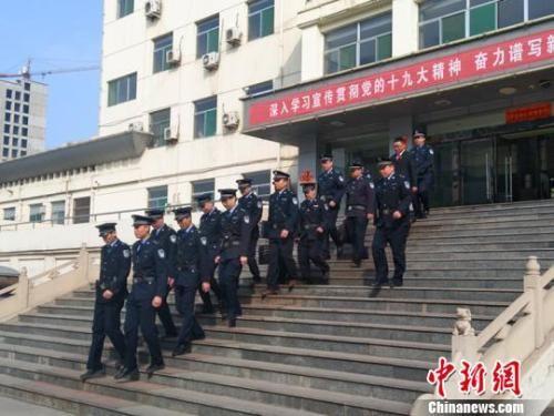 """资料图:3月7日,山西省祁县人民法院组织执行干警前往""""老赖""""家里、单位开展突击行动。 刘小红 摄"""