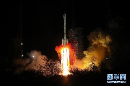 """3月30日,我国在西昌卫星发射中心用长征三号乙运载火箭(及远征一号上面级),以""""一箭双星""""方式成功发射第三十、三十一颗北斗导航卫星。梁珂岩摄 图片来源:新华网"""