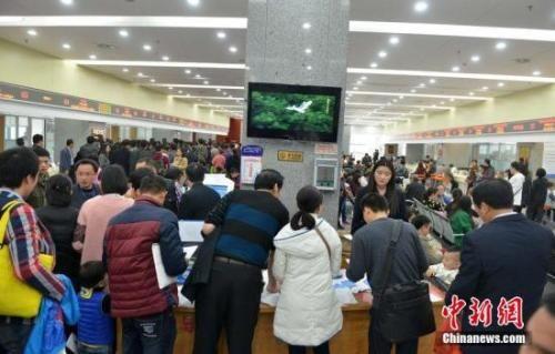资料图:民众在行政服务中心户籍窗口办理落户手续。 图片来源:CFP视觉中国