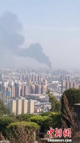 图为远处拍摄着火地浓烟滚滚。钟欣 摄