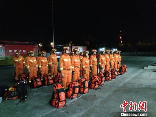 楚雄消防支队第一时间奔赴禄丰开展抗震救灾工作。 楚雄消防 摄