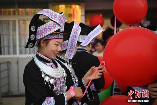 4月1日,演员准备上场。当日,云南省文山壮族苗族自治州建州60周年庆祝活动举行。文山壮族苗族自治州是著名的三七之乡。 中新社记者 刘冉阳 摄