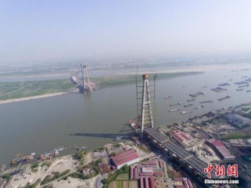 资料图:图为南岸主塔封顶后的青山长江大桥。中新社记者 邱建平 摄