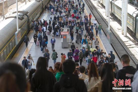 资料图:民众乘坐火车出行。 张云 摄