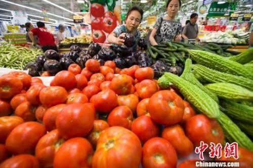 民众在超市选购蔬菜。 张云 摄