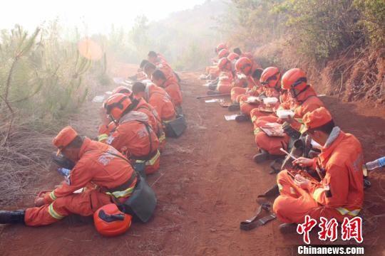 图为正在休息的消防官兵 王正民 摄
