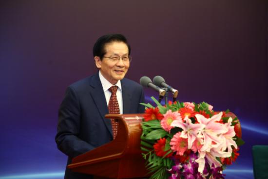 十一届全国人大常委、财经委副主任贺铿发表演讲