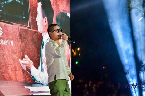 图为昆明知名音乐人司徒骏文现场献唱《昆明力量》歌曲。