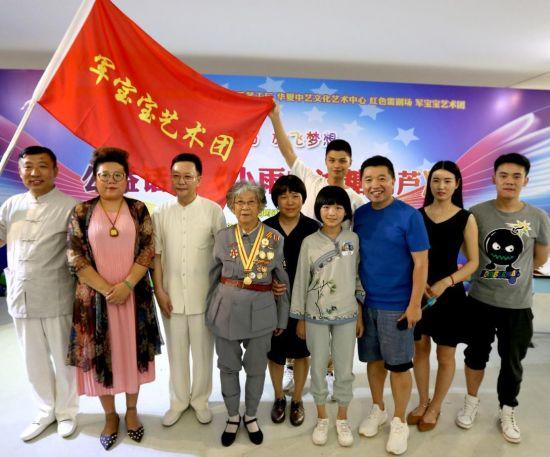 刘硕戏剧工作室和抗战胜利70周年共和国功勋奖章获得者晓阳奶奶合影