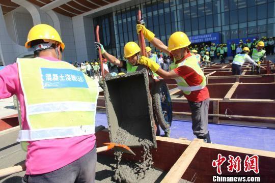 图为建筑工人参加现场竞技。 钟欣 摄