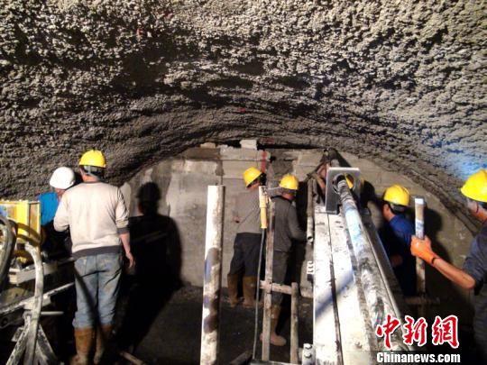 图为江顶寺隧道1号洞大里程突泥涌水注浆处理(资料图)。 中国铁路昆明局集团有限公司供图
