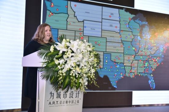 图为美克家居A.R.T. 装饰品开发总监Shauna Snyder进行主题演讲