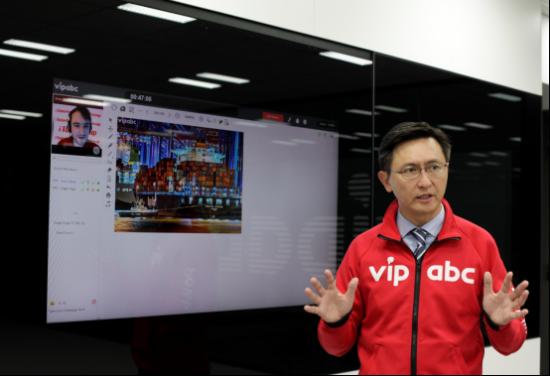 杨正大在东京办公室接受《日本时报》专访