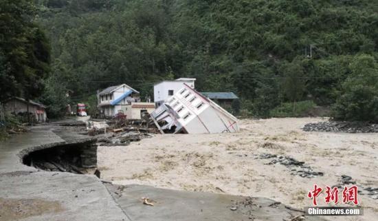 受连日暴雨影响,河水猛涨,7月10日晚,绵阳市平武县坝子乡场镇被洪水侵袭,街道大面积进水,该乡双龙村村委会的三层楼房被洪水冲倒,所幸无人员伤亡。 平武宣传部提供