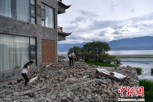 图为洱海边一客栈建筑物被拆除,退还湖滨滩地。 任东 摄